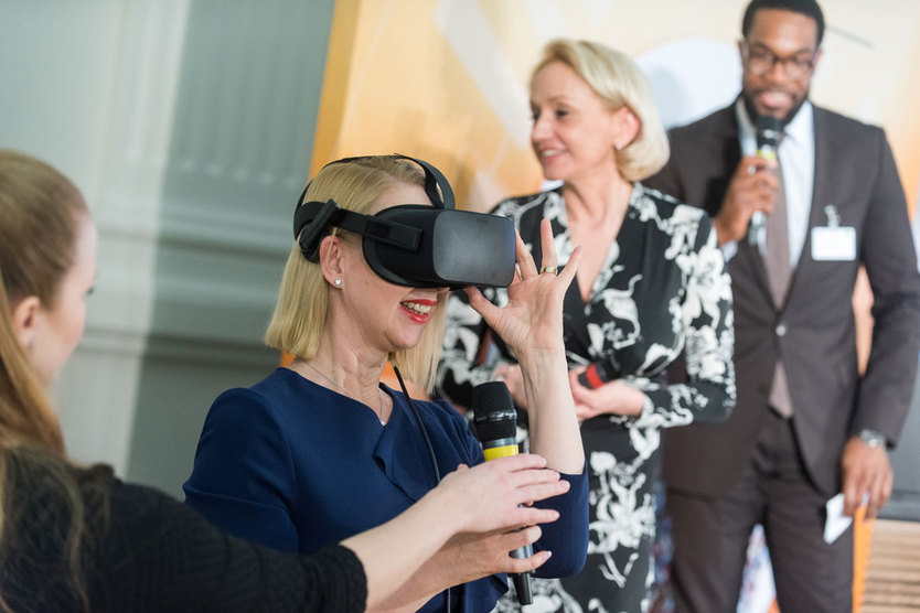"Im Pitch des Start-ups GreenTec Capital GmbH testete ""Lionesses of Africa""-Gründerin Melanie Hawken eine Virtual Reality-Brille."