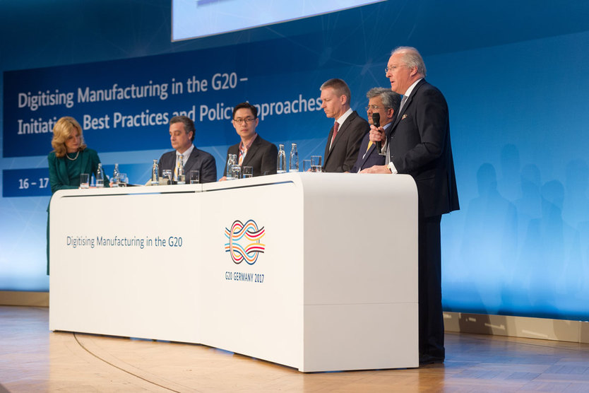 """Hier ist die Panel-Dsiskussion zum Thema """"Factories of the future – from global value chains to  interconnected global value networks"""" zu sehen.; Quelle: BMWi/Maurice Weiss"""