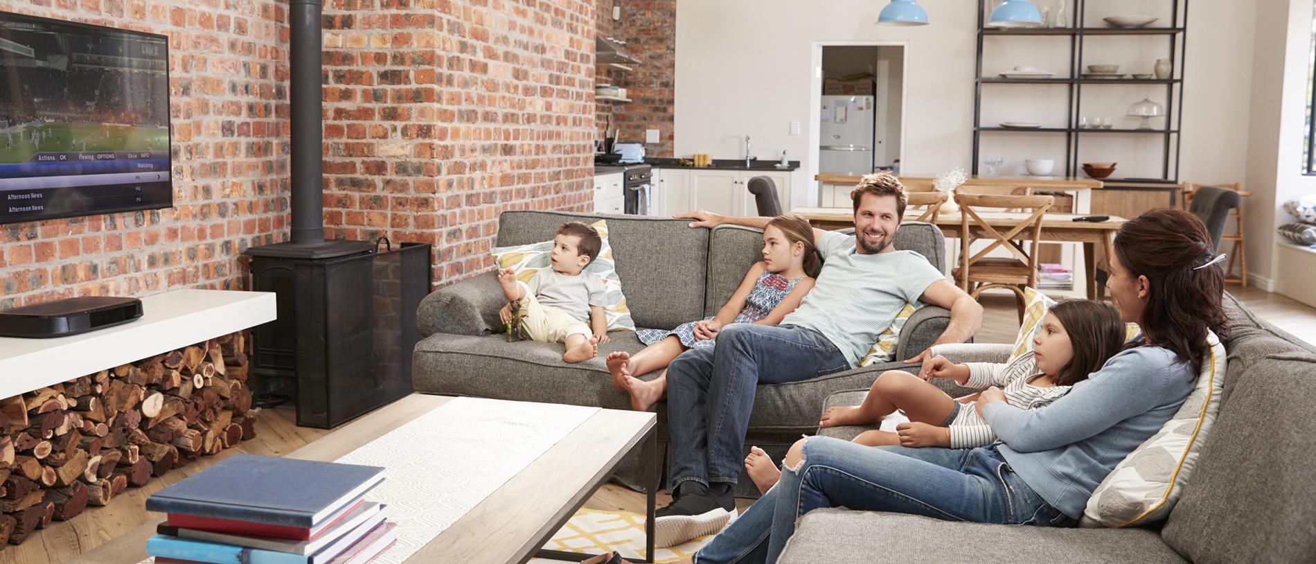 familie im wohnzimmer zu smart living