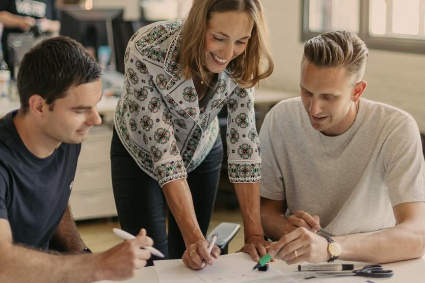 Dieses Bild zeigt IPlytics-COO Rosann Brandt im Gespräch mit Gründer Dr. Tim Pohlmann (rechts) und Technik-Chef Dmitri Gerats