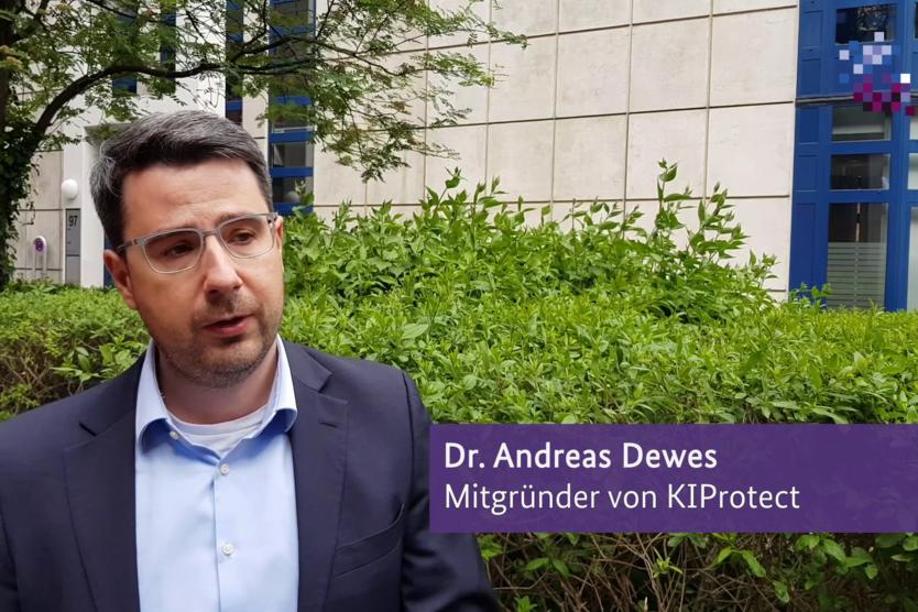 Dieses Bild zeigt Dr. Andreas Dewes, Mitgründer von KIProtect bei einem Interview.