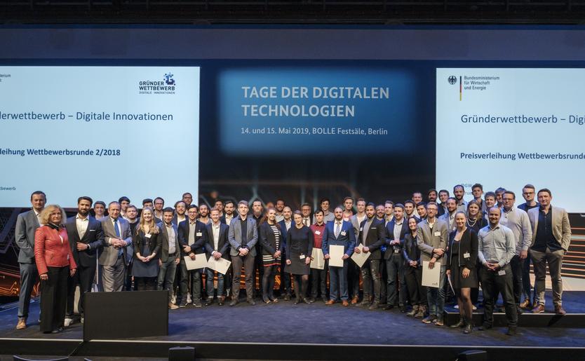 Dieses Bild zeigt eine Gruppenaufnahme der Gewinner des Gründerwettbewerb - Digitale Innovationen auf der Preisverleihung bei den Tagen der digitalen Technologien.