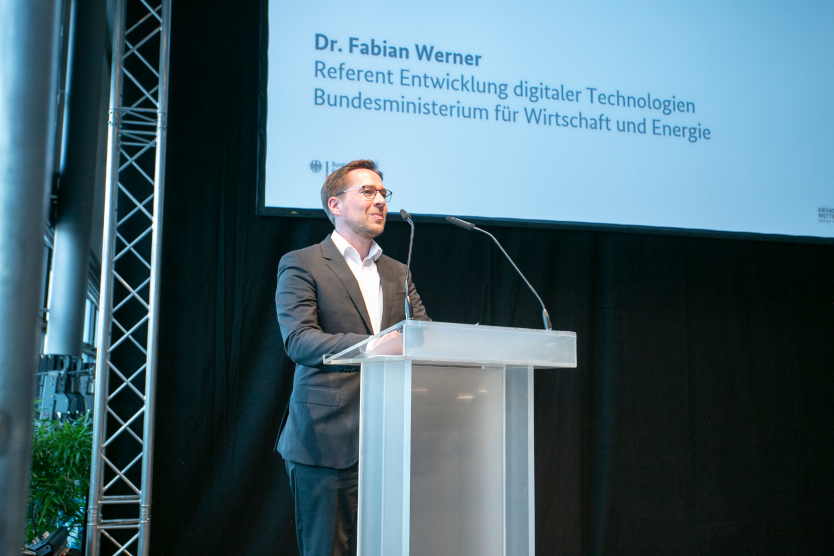 Dieses Bild zeigt Dr. Fabian Werner, Referent Entwicklung digitaler Technologien, bei der Eröffnung der Preisverleihung.