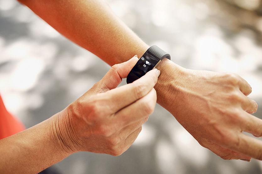 Frau mit Smart Watch symbolisiert Gesundheitswirtschaft