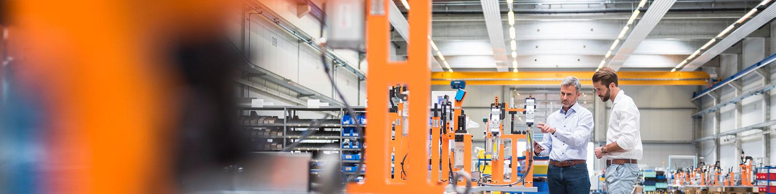 Arbeiter in einem Unternehmen zu den Schwerpunkten der Wirtschaftspolitik; Quelle: Getty Images/Monty Rakusen